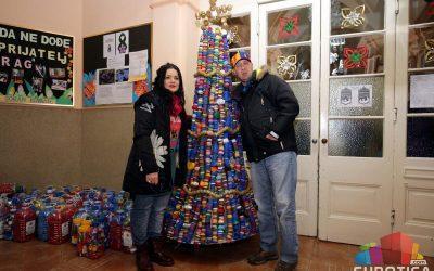 Новогодишња јелкa од чепова висине 2 метра