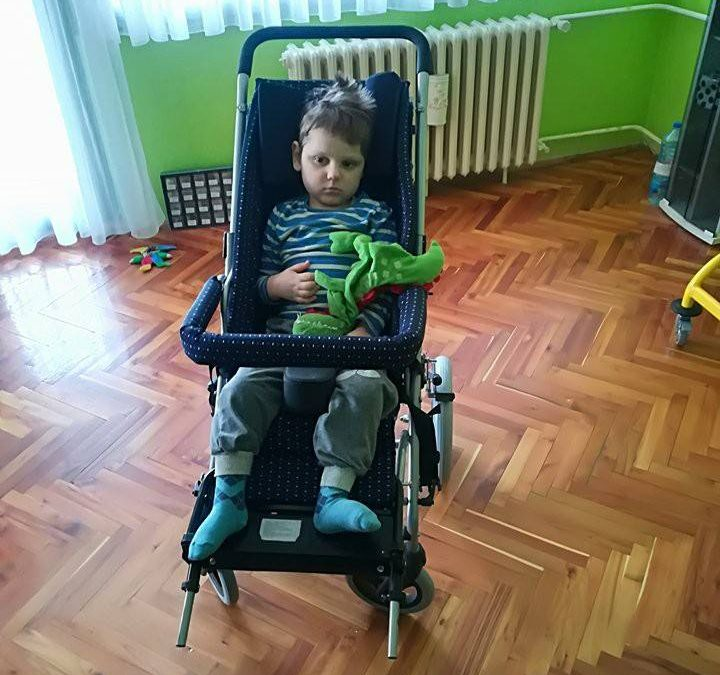 Огњен Жужић из Зрењанина добио нова ортопедска колица