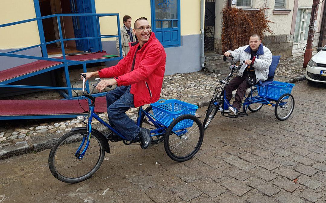 Ненад и Мирољуб из Ваљева уз осмех до својих трицикала